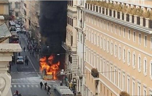 Вцентре Рима зажегся пассажирский автобус, есть потерпевшая